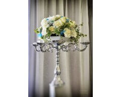 decoration table boule de roses blanche et plume bleu
