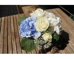 decoration table forme ronde fleurs hortensias blanc et bleu