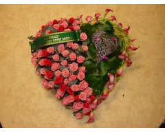 composition florale deuil coeur roses roses