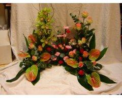 composition florale deuil devant de tombe vert